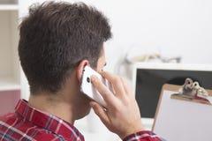 Parlando dal telefono mobil immagini stock libere da diritti