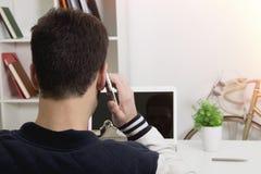 Parlando dal telefono mobil immagine stock