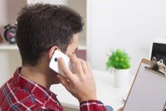 Parlando dal telefono mobil fotografia stock