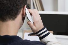 Parlando dal telefono mobil immagine stock libera da diritti