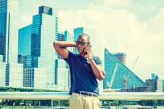 Parlando sul telefono cellulare, viaggiante a New York di estate Fotografia Stock