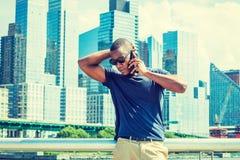 Parlando sul telefono cellulare, viaggiante a New York di estate Fotografia Stock Libera da Diritti