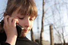 parlare del telefono della ragazza Immagini Stock
