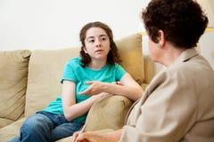 Parlare teenager con il consulente Immagine Stock Libera da Diritti