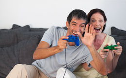 parlekar som leker sofavideoen arkivfoto