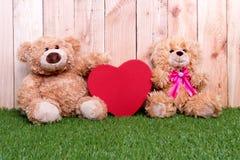 Parleksakbjörn med förälskelsevalentinbegrepp Arkivfoto