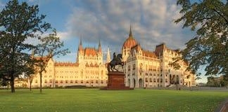 Parlementsgebouw en ruitermonument in Boedapest stock afbeelding
