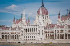 Parlementsgebouw van Boedapest ligt het Hongaarse in Lajos Kossuth Square, op de bank van de Donau Stock Fotografie
