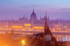 Parlementsgebouw van Boedapest in roze nevel stock fotografie