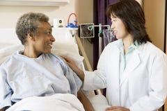parler aîné de docteur au femme Images stock