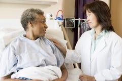 parler aîné de docteur au femme Photos stock