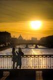 Parler au coucher du soleil Photographie stock