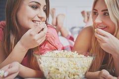 Parler au-dessus du bol de maïs éclaté Image stock