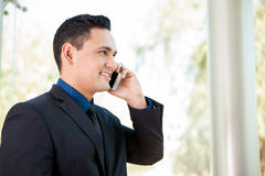 Parler au téléphone au travail images stock