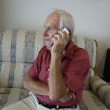 Parler au téléphone portable Photo stock