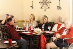 Parler autour de la table de dîner Photo stock
