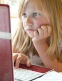 Parler aux amis sur l'Internet Photo stock