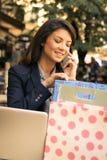 Parler avec des amis au sujet des achats réussis Photos libres de droits