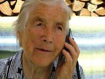 Parler avec un téléphone portable Photos libres de droits