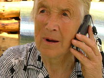 Parler avec un téléphone portable Photos stock