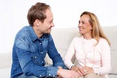 Parler avec une femme agée Photo stock