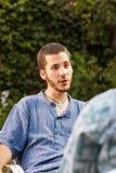 Parler beau de jeune homme Image stock