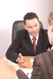Parler blanc d'homme et de femme d'affaires Photos stock