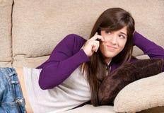 Parler concerné de jeune fille par téléphone Images stock
