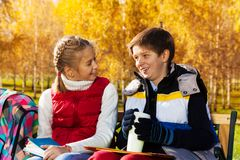 Parler d'écolier et de fille Photographie stock libre de droits