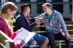 Parler d'amis d'université Photo libre de droits