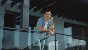 Parler d'homme moderne mobile dans l'ext?rieur contemporain Mode de vie masculin r?ussi clips vidéos