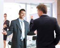 Parler d'hommes d'affaires Photo stock
