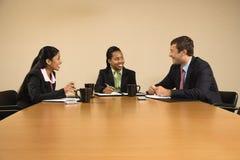 Parler d'hommes d'affaires. Images libres de droits