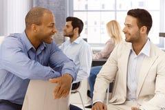 Parler d'hommes d'affaires Image stock