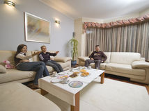 Parler dans la salle de séjour. Image stock