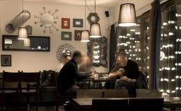 Parler dans le café-restaurant Photo stock
