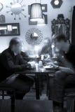 Parler dans le café-restaurant Images libres de droits