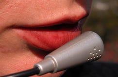 Parler dans le microphone photographie stock libre de droits