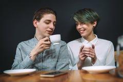 Parler de café de bff de loisirs de communication d'amis Image libre de droits