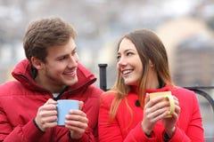 Parler de couples décontracté en hiver Images libres de droits