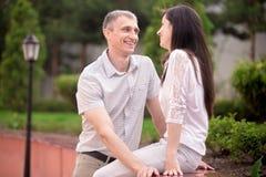 Parler de couples face à face Photographie stock libre de droits