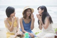 Parler de détente de plus jeune amie asiatique de femme avec l'emoti de bonheur Photographie stock