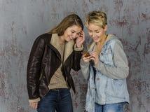 Parler de deux amies de jeunes femmes Photographie stock libre de droits