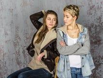 Parler de deux amies de jeunes femmes Photos libres de droits