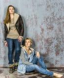Parler de deux amies de jeunes femmes Images libres de droits