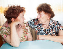 Parler de deux dames âgées Photographie stock libre de droits