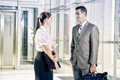 Parler de femme d'affaires et d'homme d'affaires Photo libre de droits