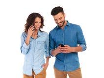 Parler de femme et service de mini-messages d'homme au téléphone Images libres de droits