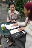 Parler de femmes d'affaires image libre de droits