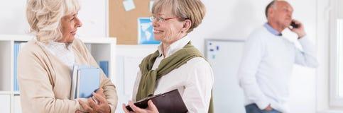 Parler de femmes plus âgées image libre de droits
